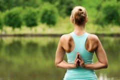 反向祷告瑜伽姿势 免版税图库摄影