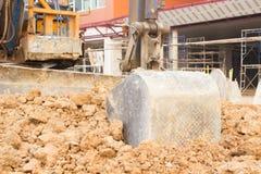 反向铲刀片与土壤一起使用在站点工作 免版税库存照片