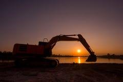 反向铲开掘大量掘土的工作 库存图片