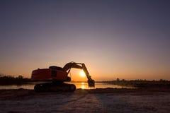 反向铲开掘大量掘土的工作 图库摄影