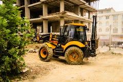 反向铲装载者在建筑地区 免版税库存照片