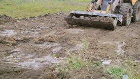 反向铲装载者在建造场所做工作 影视素材