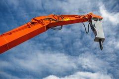 反向铲装载者或推土机-反对蓝天的挖掘机 免版税库存图片