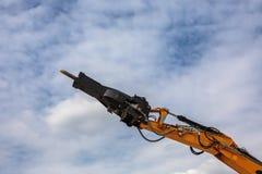 反向铲装载者或推土机-挖掘机和蓝天 图库摄影