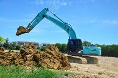 反向铲运转在建造场所的挖掘机机器在Nonthaburi,泰国 图库摄影