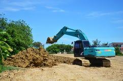 反向铲运转在建造场所的挖掘机机器在Nonthaburi,泰国 免版税库存图片