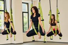反地心引力的瑜伽锻炼 室内女孩 库存图片