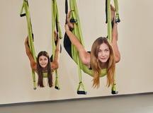 反地心引力的瑜伽 免版税库存照片