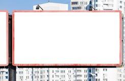 反对一个现代大厦的空白的水平的广告牌 图库摄影