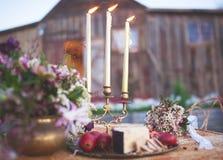反对一个老谷仓的背景的葡萄酒婚礼宴餐 库存图片