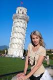 反对一个落的塔的妇女在比萨 库存图片