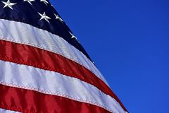 反对一充满活力的天空蔚蓝的美国旗子 库存照片