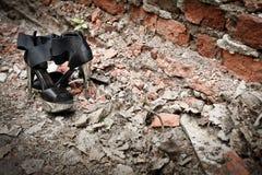 反对一块跳动砖的时兴的鞋子 免版税库存图片