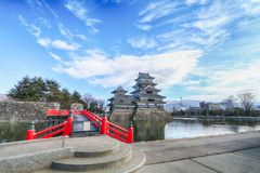 反对与红色木桥的马塔莫罗斯城堡在运河 库存照片