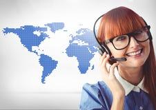 反对世界地图的顾客服务执行委员在背景中 图库摄影