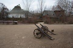 反对乌克兰堡垒的背景的枪 库存图片