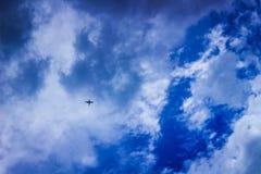 反对云彩和蓝天的飞机 库存图片