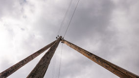反对云彩背景的一根木电杆  库存图片
