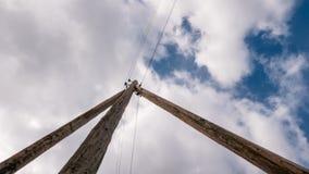 反对云彩背景的一根木电杆  图库摄影
