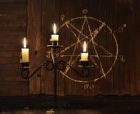 反对五角星形背景的大烛台 库存图片