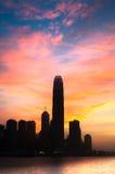 反对五颜六色的天空的IFC摩天大楼,香港 免版税库存照片