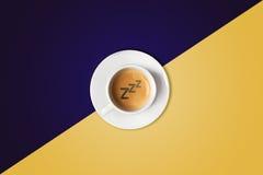 反对五颜六色的背景的咖啡杯 在视图之上 免版税库存图片