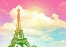 反对五颜六色的蓝色日落天空的艾菲尔铁塔巴黎 库存图片
