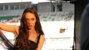 反对体育场的特写镜头年轻有吸引力的模型姿势 股票录像