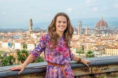 反对佛罗伦萨,意大利全景的妇女  库存照片