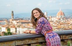 反对佛罗伦萨,意大利全景的妇女  免版税库存图片