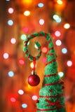 反对光的手工制造圣诞树装饰弄脏了backg 免版税库存照片
