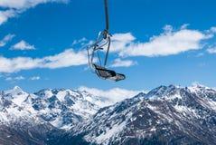 反对冬天谷的驾空滑车 免版税库存图片