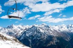 反对冬天风景的驾空滑车位子 免版税库存图片
