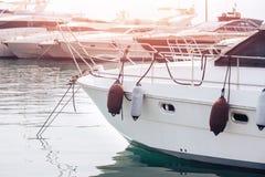 反对冲击和抓痕在游艇船尾停放的,保护碰撞的圆筒,当码头 图库摄影