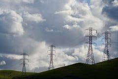反对剧烈的云彩的四个传输塔 免版税图库摄影