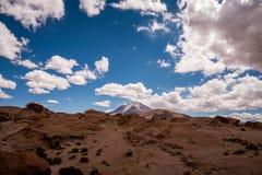 反对剧烈的蓝天的孤零零山 库存照片