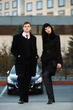 反对办公楼的年轻企业夫妇 库存图片