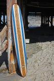 反对加利福尼亚海滩码头的木冲浪板 库存图片