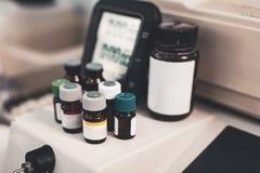 反对医疗设备的医学瓶 库存照片
