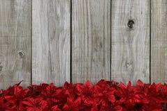 反对土气古色古香的木背景的红色圣诞节诗歌选花边界 图库摄影