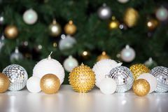 反对圣诞树的背景的圣诞节球 免版税库存照片