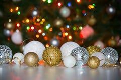 反对圣诞树的背景的圣诞节球 库存照片