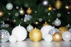 反对圣诞树的背景的圣诞节球 图库摄影