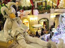 反对圣诞节的小丑木偶装饰了内部 免版税库存图片