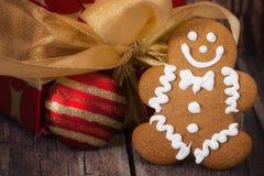 反对圣诞节礼物的姜饼人曲奇饼 免版税库存照片