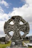 反对在爱尔兰公墓的古老凯尔特十字架 库存图片