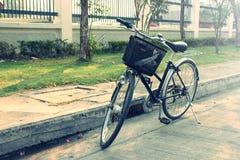 反对在街道上的老自行车 免版税库存照片
