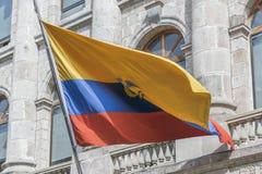 反对在经典大厦的厄瓜多尔旗子在基多 图库摄影
