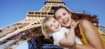 反对埃佛尔铁塔的微笑的母亲和儿童游人在巴黎 图库摄影