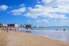 反对城市地平线德班南非的Vetchies海滩 免版税库存图片